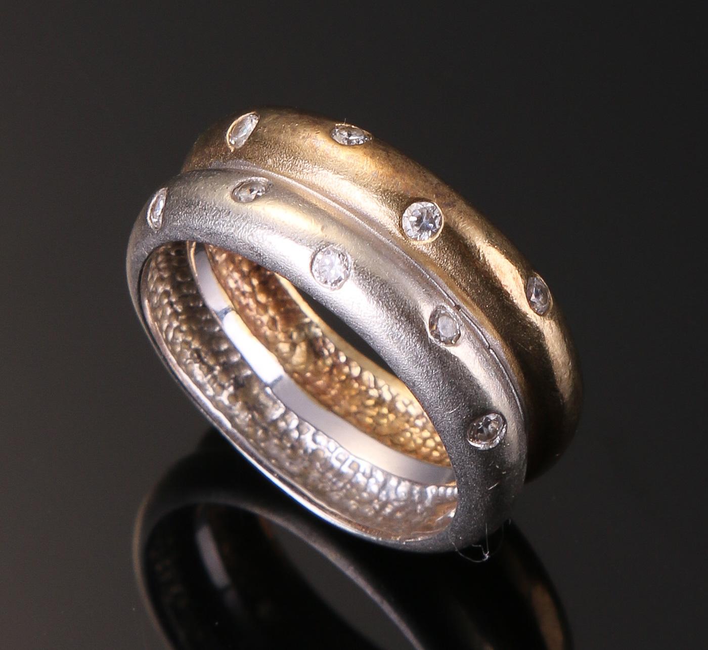 Ring af 8 kt. guld/hvidguld med cubic zirkoner - Ring af 8 kt. guld/hvidguld, prydet med ni cubiz zirkoner. Vægt ca. 5,7 gr. Ringstr. 54 ø 17 mm