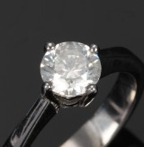 Solitaire rin, 18 kt. white gold with diamond - 1.04 ct