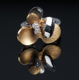 Ole Lynggaard. 'Laura' ring in 18 kt. two-tone gold with brilliant-cut diamonds
