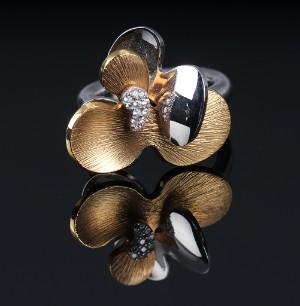 Ole Lynggaard. Laura ring af 18 kt. tofarvet guld med brillanter - Dk, Vejle, Dandyvej - Ole Lynggaard. 'Laura' stor ring af 18 kt. tofarvet delvis satineret guld, prydet med 11 brillantslebne diamanter på ialt 0.07 ct. Farve: Top Wesselton (G), klarhed: VS1. Front mål ca. 2,5 cm. Str. 53. Art.nr. A2622-501. Medfølges - Dk, Vejle, Dandyvej