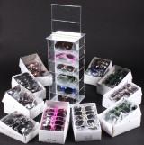 Diverse solbriller samt udstillingsmontre/ stander (ca. 100)