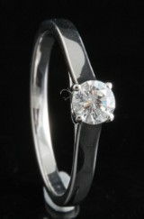 Ring in 18k  set with a brilliant cut diamond 0.30 ct