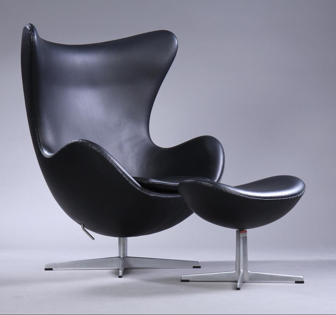 Arne Jacobsen. Ægget. Lænestol med skammel (2) |
