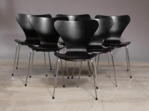 syver stole Arne Jacobsen. Seks sorte 'Syver' stole, Model 3107, (6) Denne  syver stole