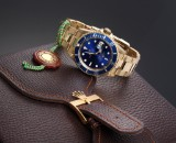 Rolex Submariner. Men's watch, 18 kt. gold with blue dial, certificate 2000