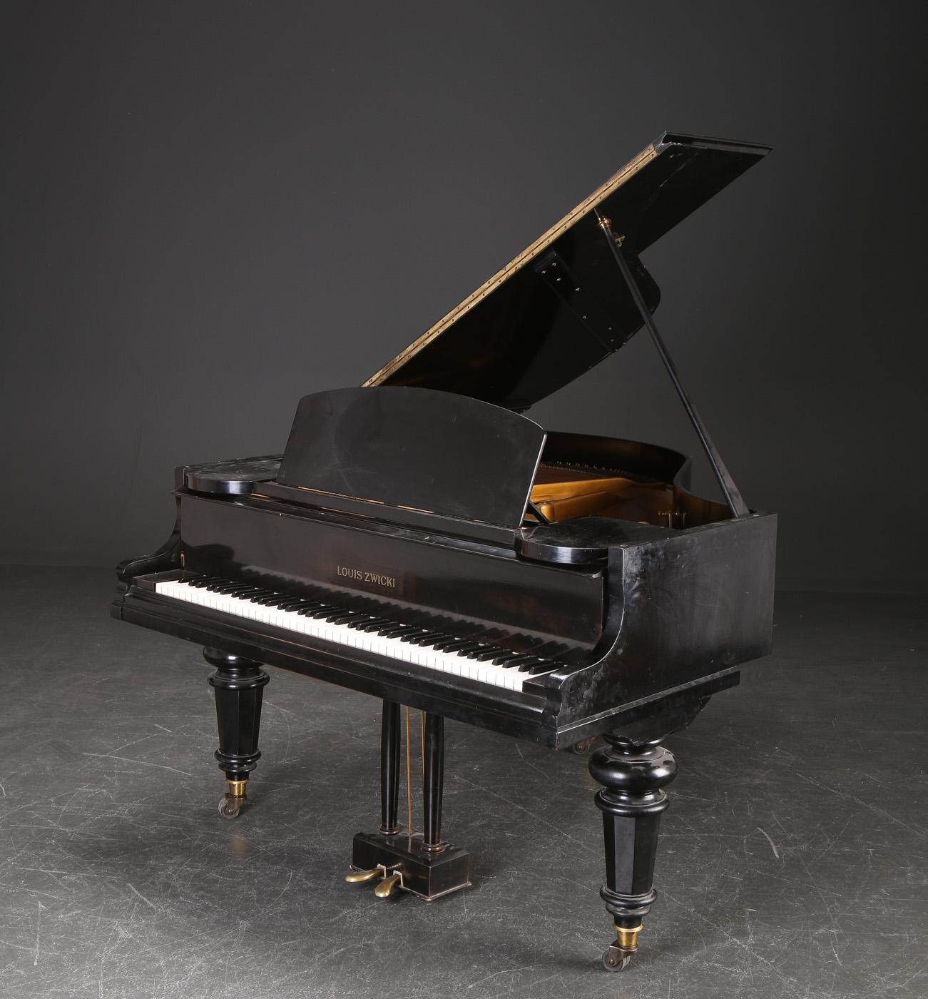 Louis Zwicki. Baby Grand Piano - Louis Zwicki. Baby Grand Piano. Sort pianolak, ramme stemplet Hagspiel. H. ca. 97, B. 145, D. ca. 153 cm.Lak med ridser, skrammer og enkelte rep. Nøglebeslag mangler. Flyglet skal stemmes