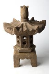 Kleine Granitpagode, mit sechseckigem Dach, in vier Teile zerlegbar