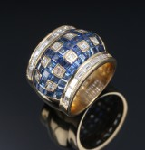 Romeo Buzzo. Modern wide Italian sapphire and diamond cocktail ring of 18k gold. Milan 1970-1980s