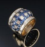 Romeo Buzzo. Moderne bred italiensk safir- og diamant cocktailring af 18 kt. guld. Milano 1970-1980erne