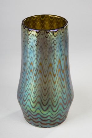 Loetz vase, tidligt mønster Rubin Phänomen Gre 6893, 1899 - De, Köln, Kunst- Und Auktionshaus Herr - Loetz vase, tidligt mønster Rubin Phänomen Gre 6893, 1899, rubinrødt underfang, derover farveløst, overfladen er omviklet næsten dækkende i sølvgult med hvidgule åringer, trådene i den tolvdelte ribbemode - De, Köln, Kunst- Und Auktionshaus Herr