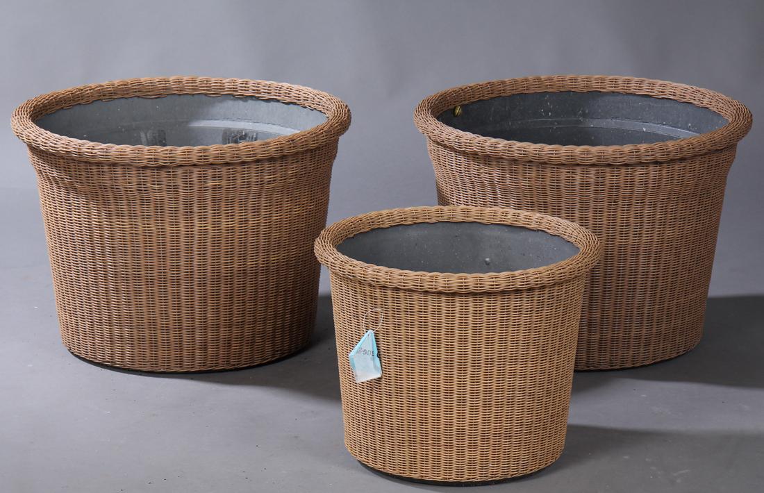 Cane-Line, Botanic mindre samt to større blomsterkrukker af håndflettet Cane-lines klassiske vejrbestandige fiber - Cane-Line, Botanic mindre samt to større blomsterkrukker af Cane-lines klassiske håndflettede, vejrbestandige fiber, hver med indsatse af plast. H. 32/40. Ø. 43/57 cm. Fremstår med brugsspor