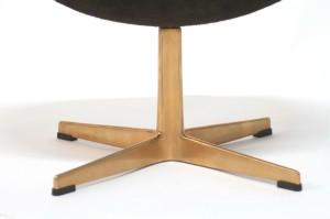 arne jacobsen fu hocker f r 39 das goldene ei 39 modell 3127. Black Bedroom Furniture Sets. Home Design Ideas
