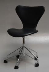 Arne Jacobsen. Office chair, model 3117, black Elegance aniline leather