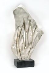 Finn Nielsen. Skulptur af hvid marmor og granitsokkel. H. 41 cm