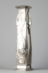 Kayserzinn. Vase af tin med reliefpræget rosenmønster