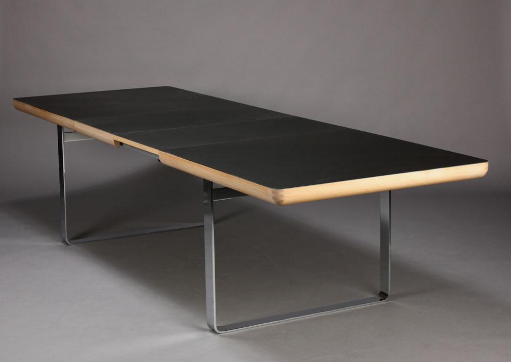 Ansager. Spisebord med plade af sort linoleum |