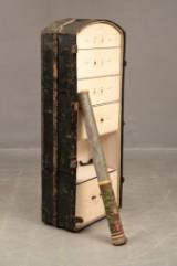 Antik resekoffert/byrå samt dekorelement, 1900-talets början (2)