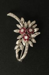 Broche med rubiner og diamanter i 18 kt. hvidguld