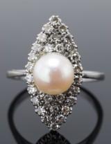 Art Deco ring med saltvands kulturperle og diamanter, 18 kt. hvidguld