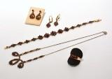 En samling granatsmykker af guld og forgyldt metal. (7)