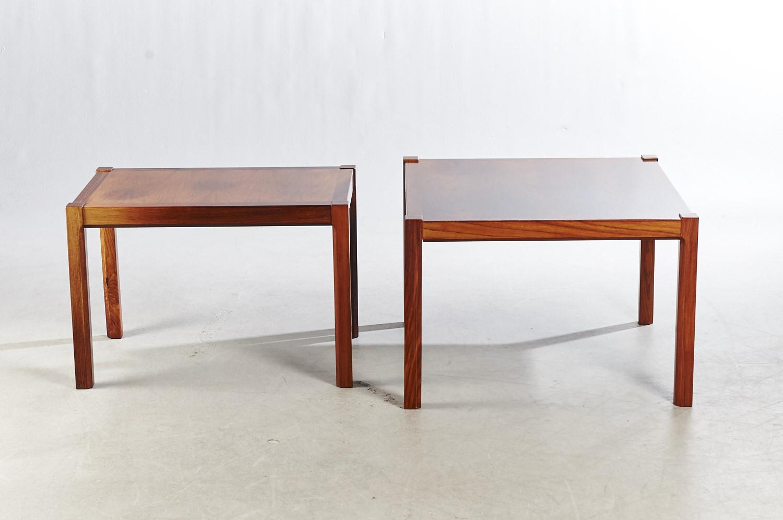Dansk møbelproducent. To borde af palisander - Dansk møbelproducent. To borde af palisander. Mål på det ene: H. 50 cm, L. 73 cm, B. 73 cm. Mål på det andet: H. 50 cm, L. 73 cm, B. 46 cm. Fremstår med brugsspor, nuanceforskel