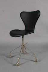 Arne Jacobsen. Office chair, model AJ 3107, newly reupholstered
