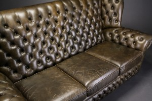 Lot: 4285580 Tre-pers. højrygget sofa. Chesterfield stil ...