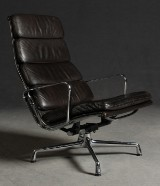 Charles Eames, Alu Chair EA 216 mit dunkelbraunem Softpad für Herman Miller