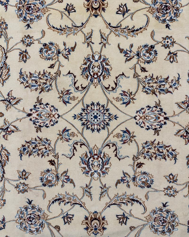 Persisk Nain tæppe med silke 200 x 300 cm - Persisk Nain tæppe, uld med silke, fint knyttet i målene 200 x 300 cm Dette tæppe stammer fra byen Nain i nærheden af Isfahan i det centrale Persien. Nain tæpper er som regel meget lyse med en creme-farvet eller dybblå basisfarve og en stor...
