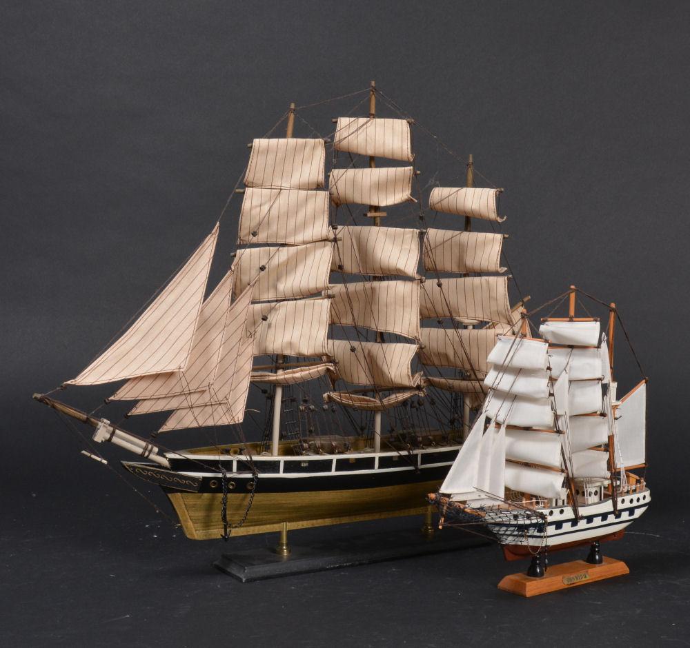 To modelskibe på stand, af nyere dato - To modelskibe på stand, det ene et Simon Bolivar skib, Venezuela, af nyere dato, H. 32-54, L. 30-61 cm. Fremstår m/ brugsspor