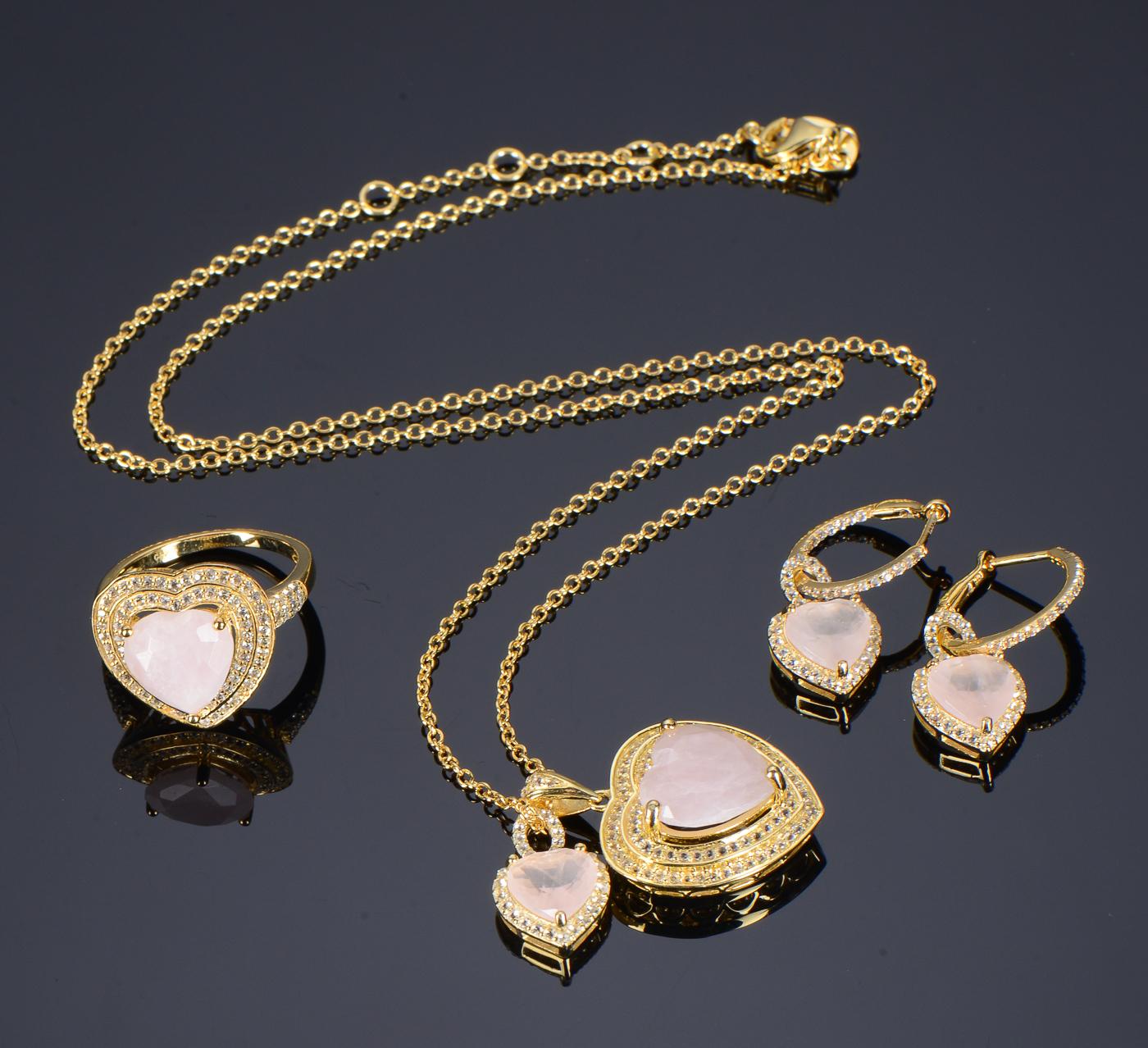 Smykkesæt af forgyldt sølv med rosenkvarts og topas - Smykkesæt af forgyldt sterling sølv, bestående af større hjertevedhæng prydet med rosenkvarts omkranset af pavéfattede farveløse topaser. Mål af hjertet: ca 2 x 2 cm. Samt mindre hjerte vedhæng. Dertil lang halskæde: L: ca 49 cm. Endvidere...