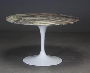 Rundt spisebord med løs bordplade af mørkbroget marmor ...