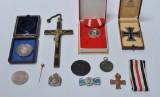 En samling medaljer og kors. (11)
