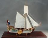 Modelskib af hollandsk kuf i glasmontre