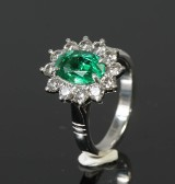 Ring, 18k gold wiht an emerald, 1.93 ct, and with diamonds, 1.06 ct