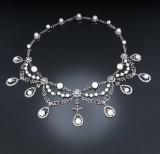 Klassisk diamant- og kulturperlehalscollier af oxideret 18 kt. hvidguld