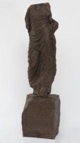 Skulptur udformet med en antik romersk figur som forbillede, kunststen (2)