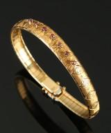 Italienskt ciceleret armbånd af 18 kt guld med pink safirer.