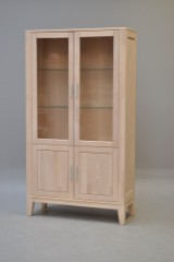 Dansk møbelproducent; vitrine i massiv bøg med glas