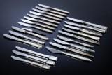 A. Michelsen m.fl. Diverse knive med skafter af sølv og sterlingsølv i moderne designs (24)