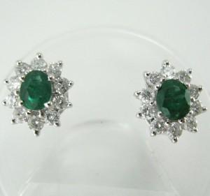 Smaragd/brillantørestikker i 585/- hvidguld (2) - De, Hamburg, Große Elbstraße - Smaragd/brillantørestikker udført i 585/- hvidguld, prydet med 2 ovalslebne smaragder på ca. 0.50 ct. i alt og 20 brillanter på ca. 0.50 ct. i alt. Farve: ca. Top Wesselton (G), klarhed: ca. P1, mål: 8,3 x 9,8 mm, væ - De, Hamburg, Große Elbstraße