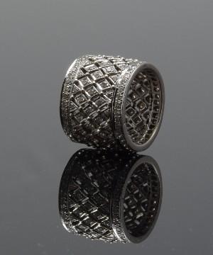 Bred ring af 14 kt. hvidguld med talrige brillanter, i alt ca. 3.00 ct. - Dk, Kolding, Trianglen - Bred ring udført i 14 kt. hvidguld, prydet med talrige brillanter, i alt ca. 3.00 ct. Farve: Wesselton/H- Champagne. Klarhed: VS-SI. Ringstr. Ø 18,50 mm. Bredde ca. 19 mm. Vægt ca. 15,2 gram. - Dk, Kolding, Trianglen