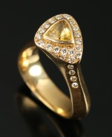 Dirk. 18 kt. gold ring, yellow sapphire and brilliant-cut diamonds