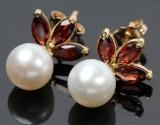 Perle ørestikkerm/ granater, 14 kt. guld. Et par (2)