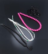 Ole Lynggaard. Tre halskæder med ferskvandskulturperler, akvamariner og aventurin samt collier af knyttet sort silke og lang silkesnor. (5)