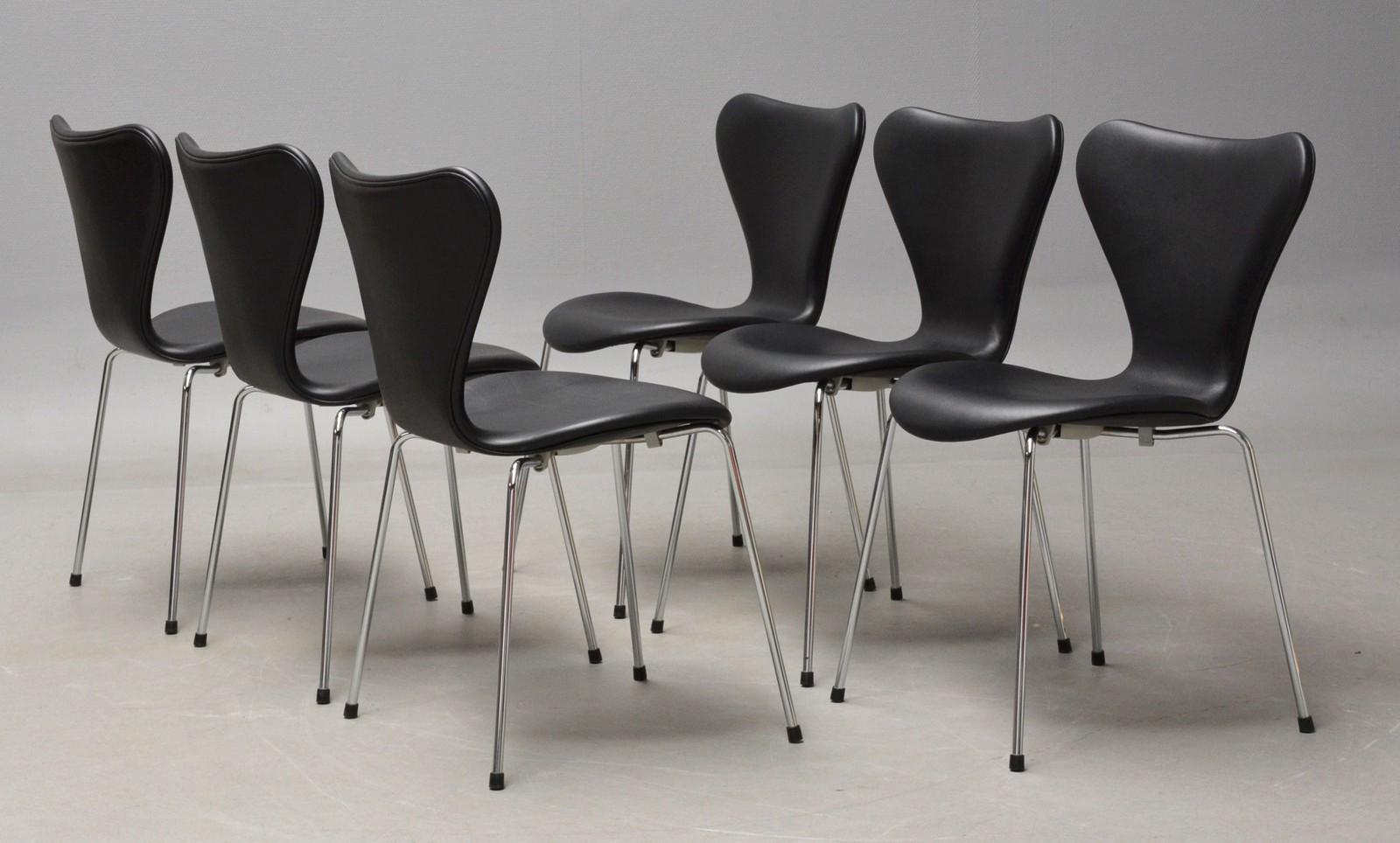 Arne Jacobsen. Sæt på seks stole i sort læder, model 3107. Ny siddehøjde 46,5 cm (6)