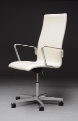 Arne Jacobsen. Oxford office chair with armrests, model 3273, cream-coloured leather