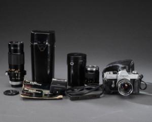 Canon TLb analog kamera (4) - Dk, Herlev, Dynamovej - Canon TLb analog kamera, monteret med FD 50mm 1:1.8 objektiv. Medfølger etui, FD 300mm 1.5.6 zoom i etui, FD 135mm 1:3.5 objektiv i etui, samt Braun Hobby Flash 23 BC. Fremstår med brugsspor, ridser og mærker. Lauritz.com indest - Dk, Herlev, Dynamovej