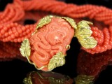 Chain necklace with precious coral, clasp with figural elements in gold