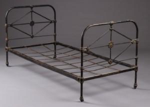 jern seng Fransk jernseng Denne vare er sat til omsalg under nyt varenummer  jern seng
